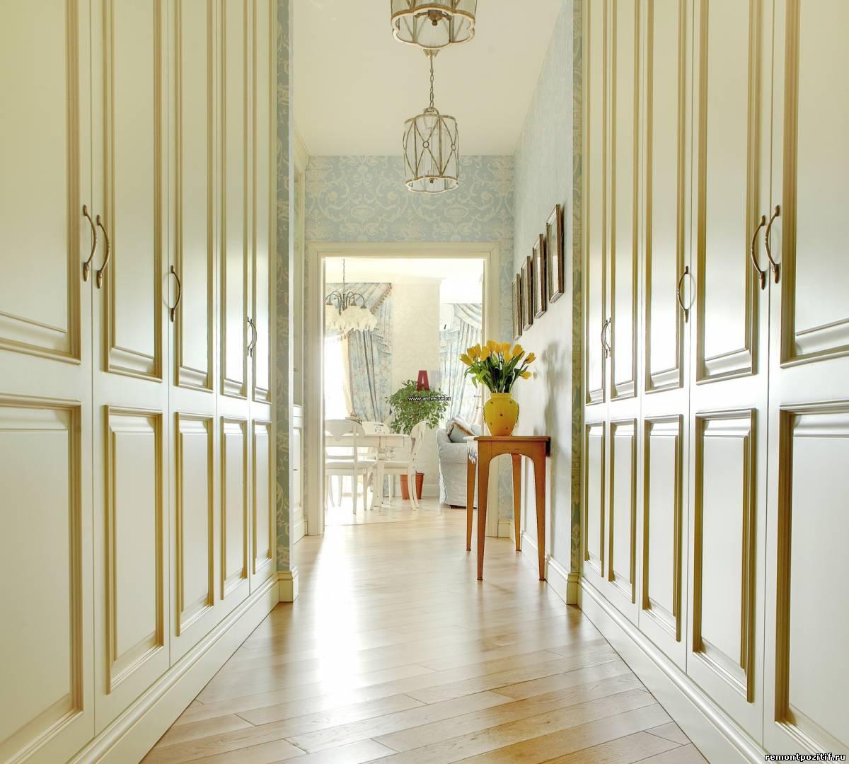 интерьер узкого коридора со шкафами
