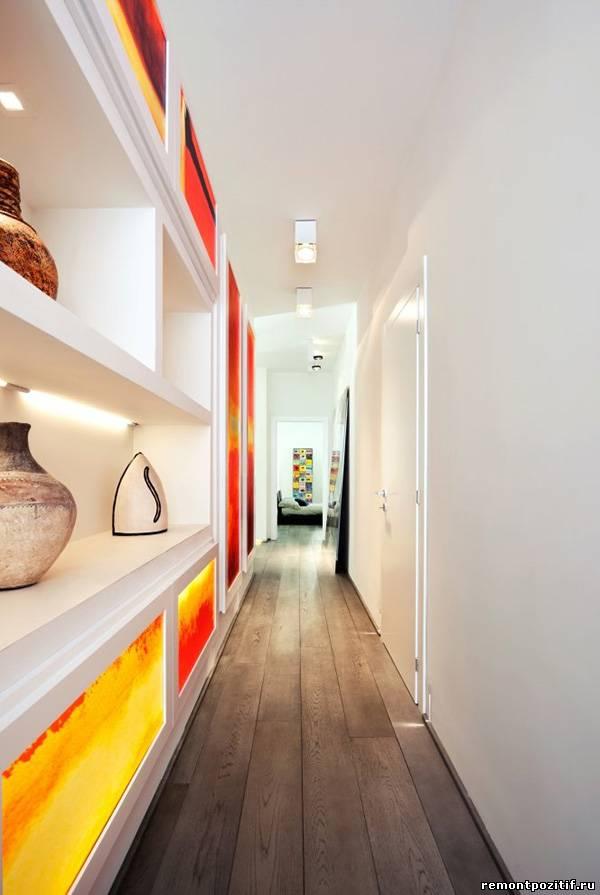 дизайн узкого коридора со стеллажами
