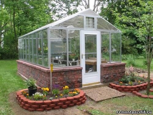 стеклянная теплица для выращивания растений
