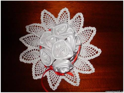 вязаная вазочка с текстильными розами