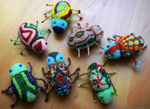 Много жуков из бисера.