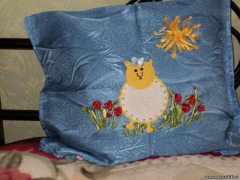 подушка с вышивкой и аппликацией