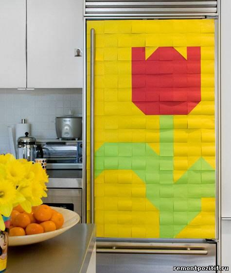 необычное бумажное панно на холодильнике
