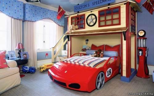 Детская комната для мальчика с кроватью машинкой