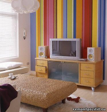 яркие полосы в дизайне гостиной комнаты