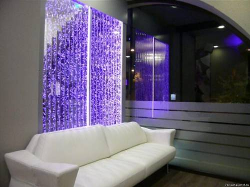 Фото Пузырьковая панель в интерьере гостиной: http://www.remontpozitif.ru/photo/interer_komnat/interer_gostinoj/puzyrkovaja_panel_v_interere_gostinoj/8-0-3733