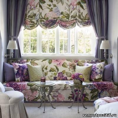 интерьер гостиной в стиле кантри с цветочными узорами