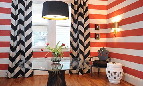 чркий полосатый интерьер гостиной