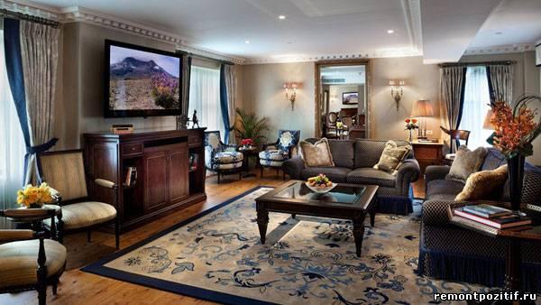 телевизор на кронштейнах в гостиной
