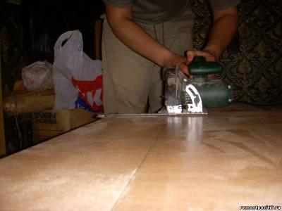 Отделку торцов подготовленных плит ЛДСП решено делать меламиновой самоклеющейся кромкой.  Этот способ. несмотря на...